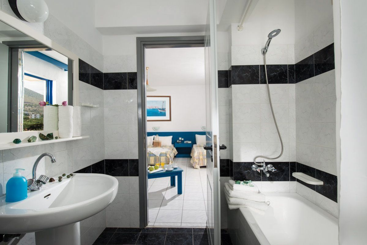 Kréta - Hotel Chersonissos - Triple-Room-Bathroom-1.jpg